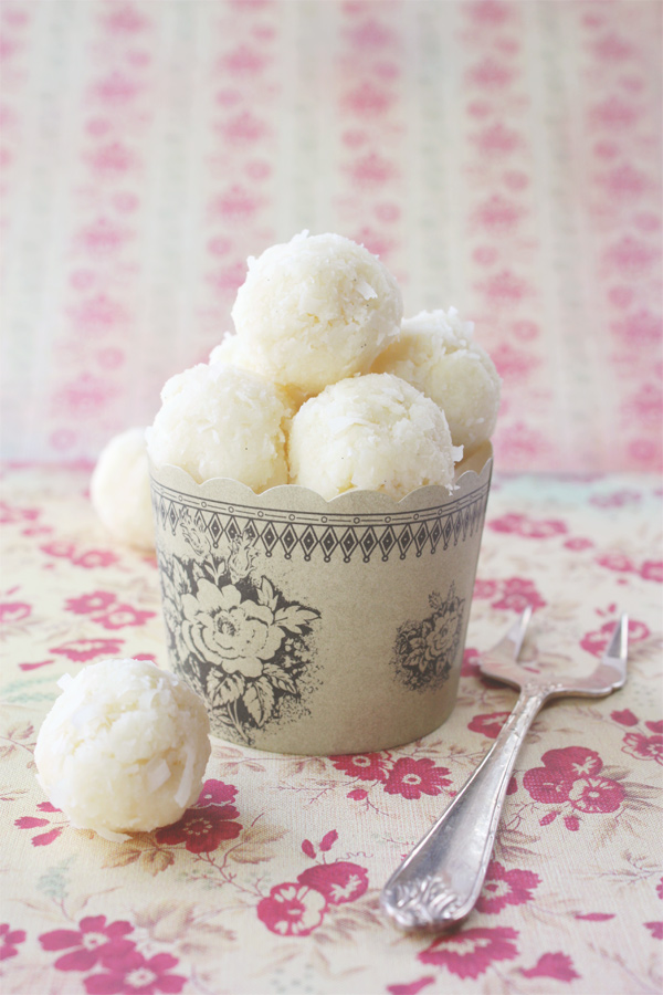 White Chocolate, Coconut And Vanilla Dessert Balls