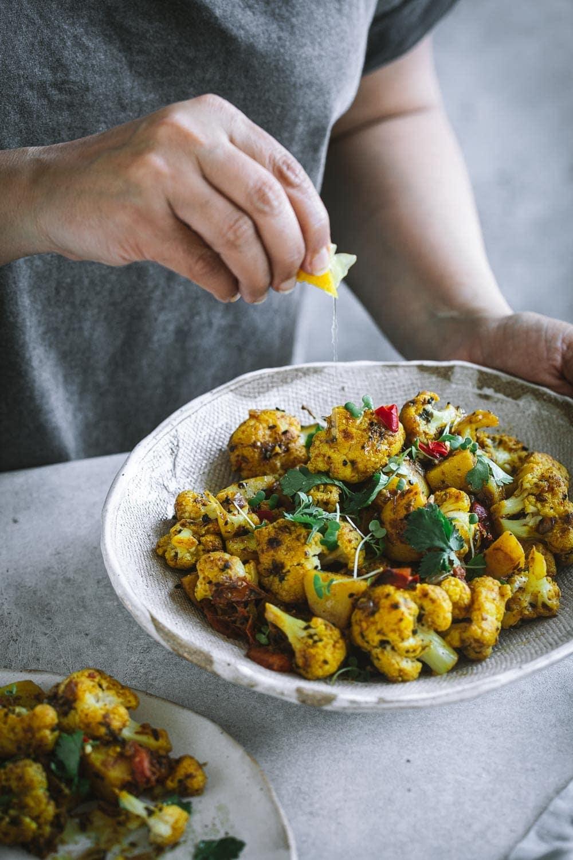 Vegan Aloo Gobi (Potato Cauliflower Curry) - Cook Republic #aloogobi #vegandinner #veganindian